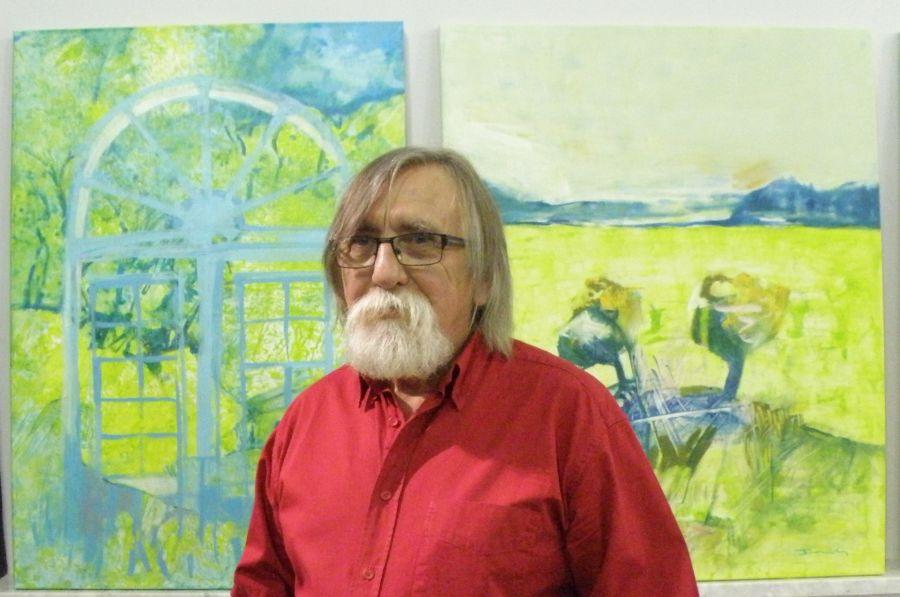 foto: Tadeusz Błoński - nauczyciel akademicki na tle swoich prac