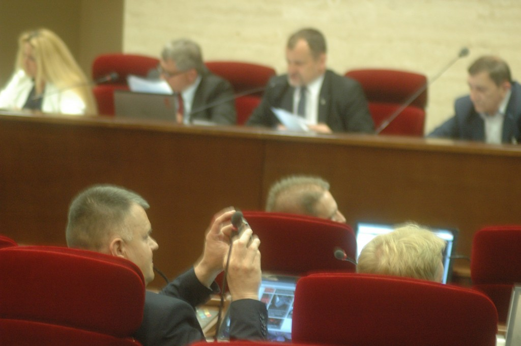Wiesław Lada fotografuje wynik głosowania dotyczący uchwały w sprawie zgody sejmiku na jego odwołanie ze stanowiska dyrektora rzeszowskiego oddziału KRUS