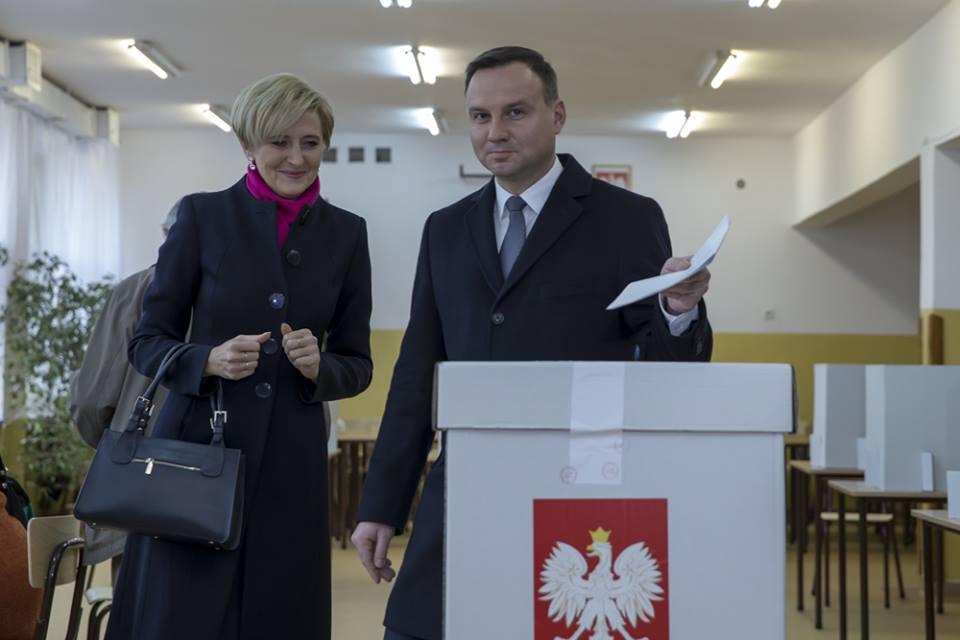 Prezydent Andrzej Duda i Pierwsza Dama Agata Kornhauser-Duda podczas głosowania w wyborach parlamentarnych w 2015 roku
