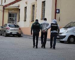 Włamywacze wpadli w policyjną zasadzkę! Przez wybitą w ścianie dziurę wynosili towar (WIDEO)
