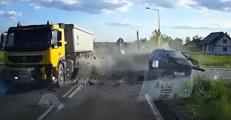 Groźny wypadek. Nagranie z kamerki samochodowej! (VIDEO, FOTO)
