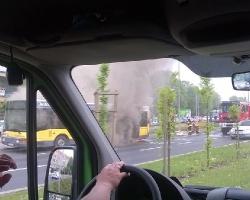 Na ul. Marszałkowskiej spalił się autobus. 20 osób ewakuowanych (ZDJĘCIA)