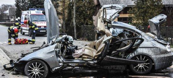 Przeleciał kilkadziesiąt metrów i zatrzymał się na budynku. Nie żyje 19-letni kierowca BMW
