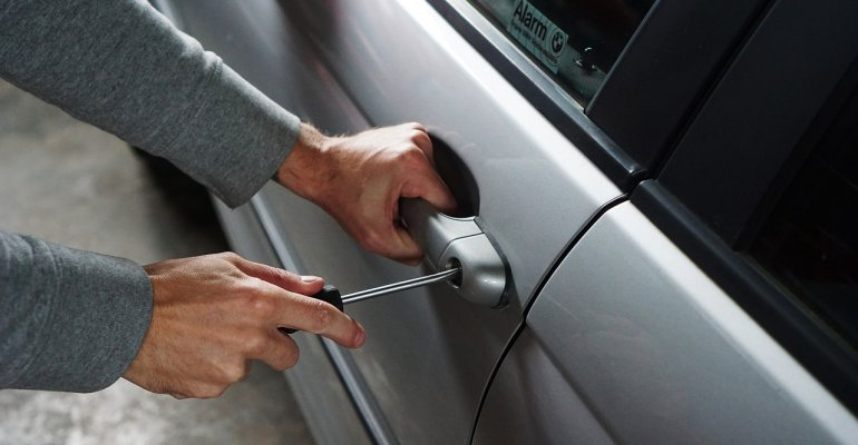 RZESZÓW24.PL: Groził kobiecie śrubokrętem, by ukraść jej samochód. Przedstawiono mu 7 zarzutów