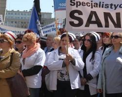 Ponad 600 pielęgniarek z całego województwa protestowało pod urzędem marszałkowskim. Gwizdów nie było końca (ZDJĘCIA)