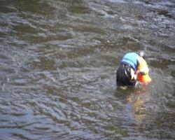 24-latek spadł z materaca i zniknął pod wodą