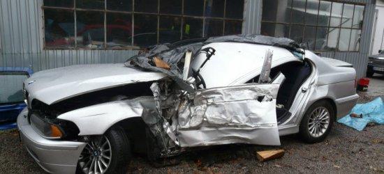 18-latek z Nowosielca stracił panowanie nad bmw i uderzył w drzewo. Kierowca i pasażer trafili do szpitala (ZDJĘCIA)