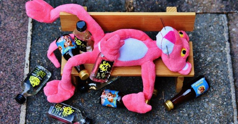 """6-letni i 8-letni chłopcy spożywali alkohol pod """"opieką"""" pijanych rodziców"""