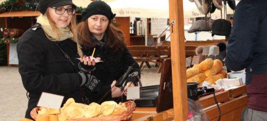 Kiełbaski, oscypki, wino i ozdoby świąteczne. Rzeszowianie odwiedzają Świąteczne Miasteczko (ZDJĘCIA)