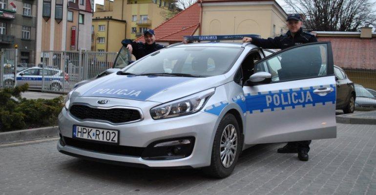 POLICJA W AKCJI: Pilotowali samochód z rodzącą kobietą
