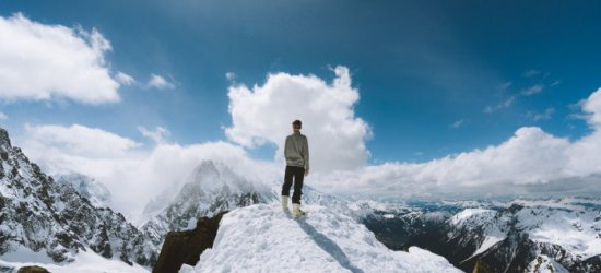 Kurtki zimowe męskie w wyrazistych kolorach to idealny pomysł dla aktywnych. Zobacz, dlaczego