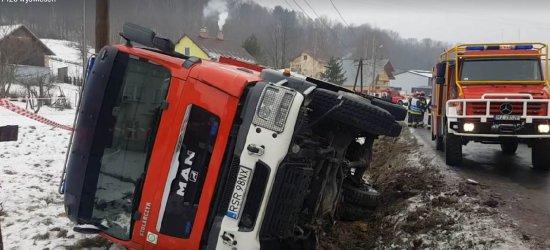 Wóz strażacki wpadł do rowu w Konieczkowej (VIDEO)