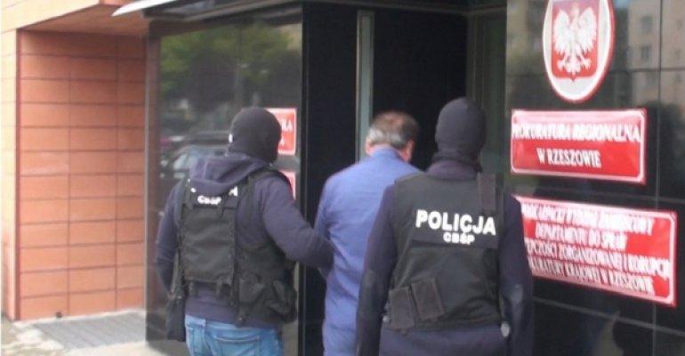 Fikcyjny handel telefonami komórkowymi, 7 zatrzymanych.  Policjanci  zapobiegli wyłudzeniu kilkumilionowego zwrotu podatku VAT [VIDEO]